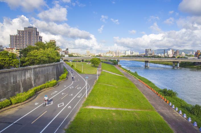 北市河濱自行車道長達112公里,串聯起全市28座河濱公園