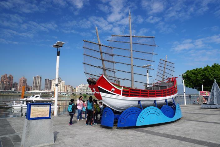 大稻埕碼頭一進水門即可看到色彩鮮豔的唐山帆船