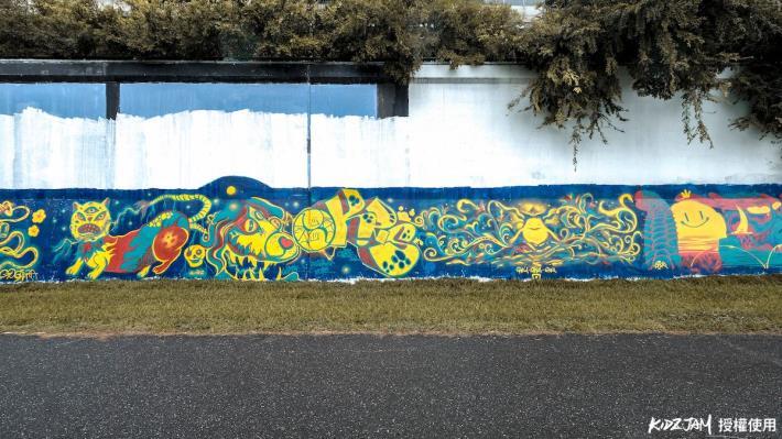 基五疏散門附近的觀山河濱塗鴉牆 常可以見到精彩的創作 (攝影 李鑑恒)