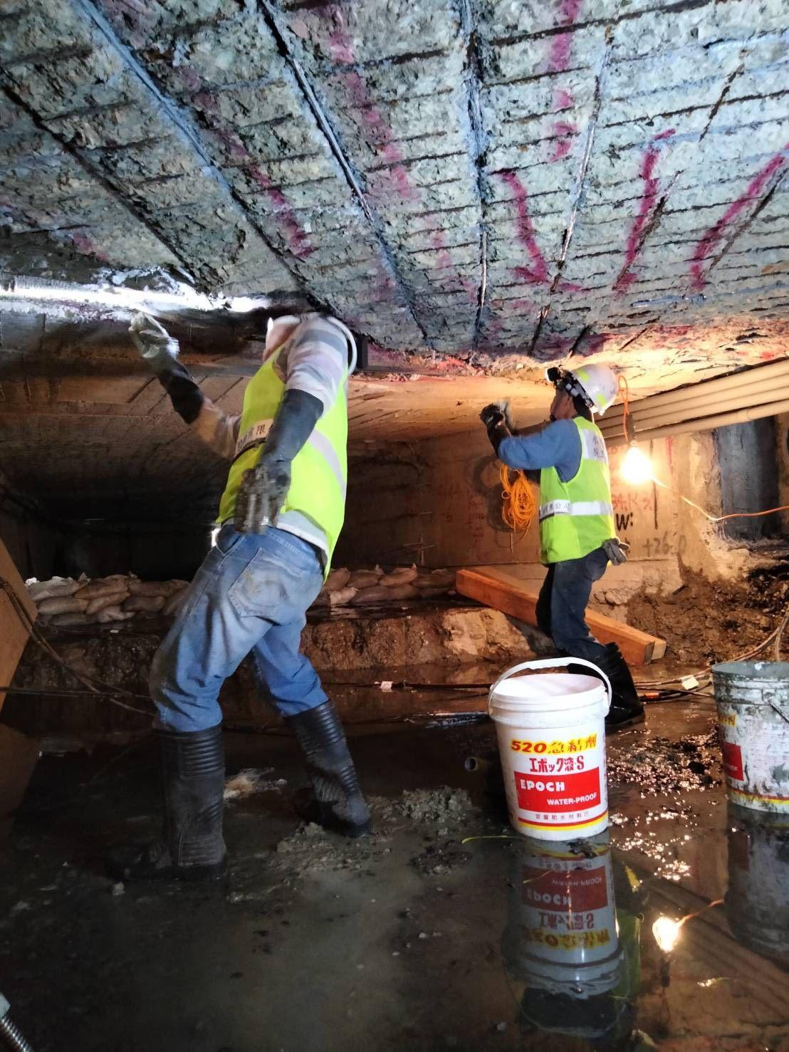 施工人員無法完全直立身軀,施工過程可說是萬分艱辛。
