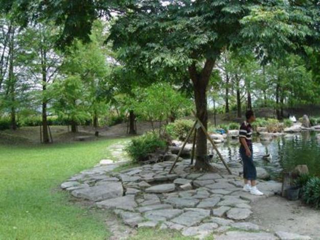 樹下休憩區模擬區 環保再利用!未來將回收混擬土塊打造樹下休憩區