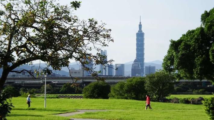 美堤河濱公園擁有廣大的綠地 還可遠眺101大樓