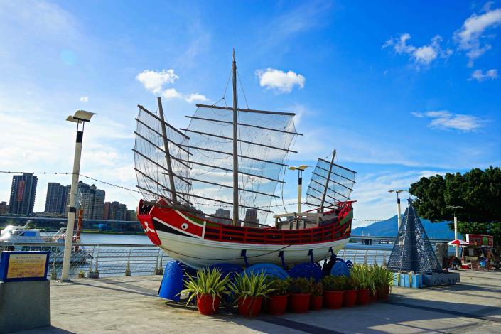 大稻埕租借站 旁邊的唐山帆船 是熱門的拍照點