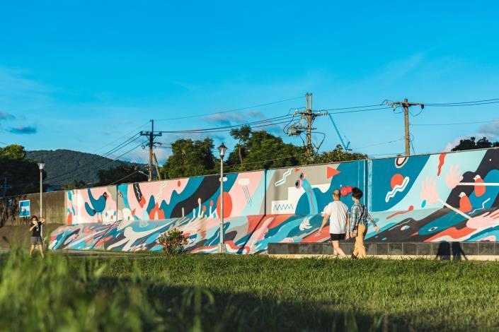 台灣新銳藝術家吳騏操刀的堤壁完工