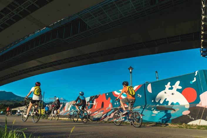 台灣新銳藝術家吳騏操刀的堤壁完工地點就位於河雙21休憩站附近