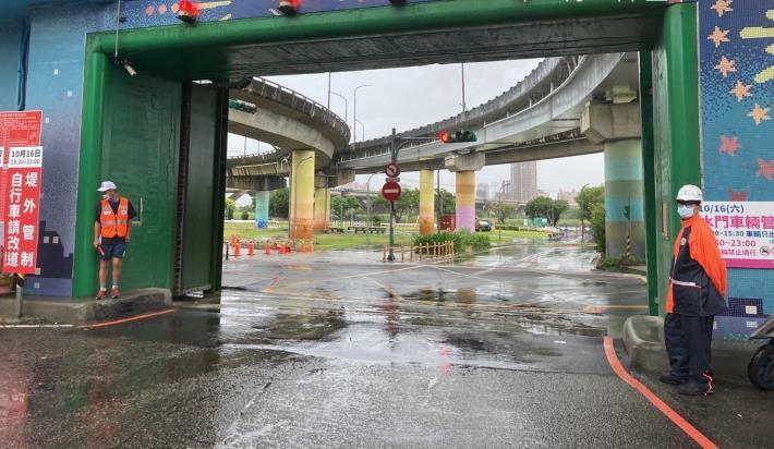 圓規颱風雨勢趨緩 北市12日6時起陸續開啟淡水河疏散門