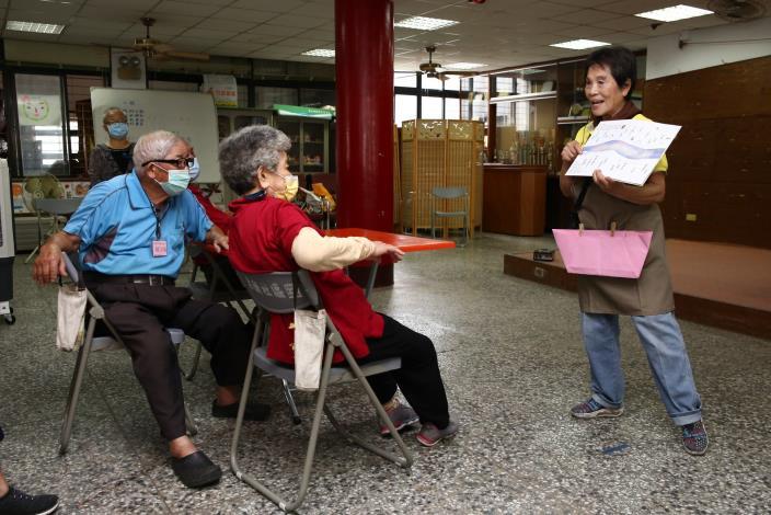 繪本行動員4_團隊裡最「資深」的曾敏,自從成為繪本行動員,每天都處在電力飽滿的狀態。她說,一點也不覺得76歲的自己很老。