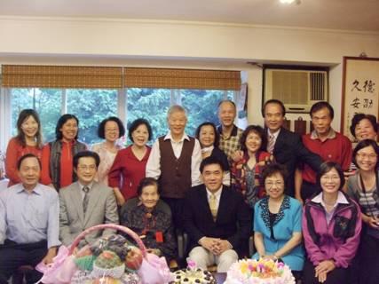 市長、區長、楊吳港里長祝賀虎嘯里百歲人瑞康周女士生日快樂照片