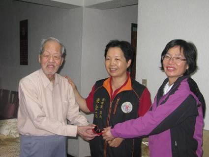 區長及陳金花里長到府致送華聲里百歲人瑞虞先生(左一)重陽敬老禮金與禮品照片