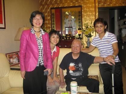 區長到府致送臨江里百歲人瑞孫先生(右二)重陽敬老禮金、禮品照片