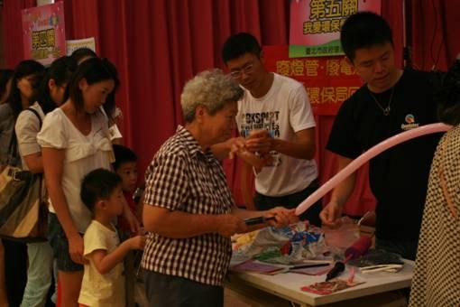「五彩繽紛送祝福」的關卡,教導小孩老人做出漂亮可愛的氣球照片