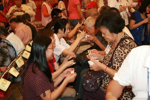 工作人員餵獨居老人吃麵線,讓獨居老人感受到溫暖照片