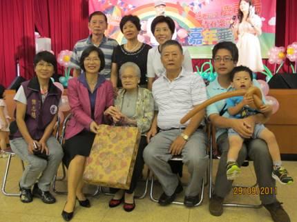 區長致贈禮物給錦安里陳家四代同堂家庭照片