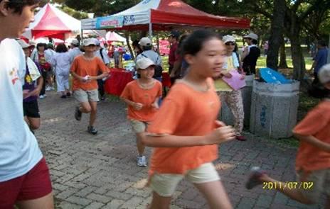 新生國小小朋友優閒地在大安森林公園享受慢跑樂趣