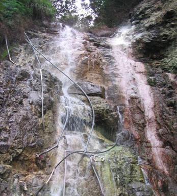 陽明山公園溫泉滲出區為一表面有銹染的瀑布狀岩壁