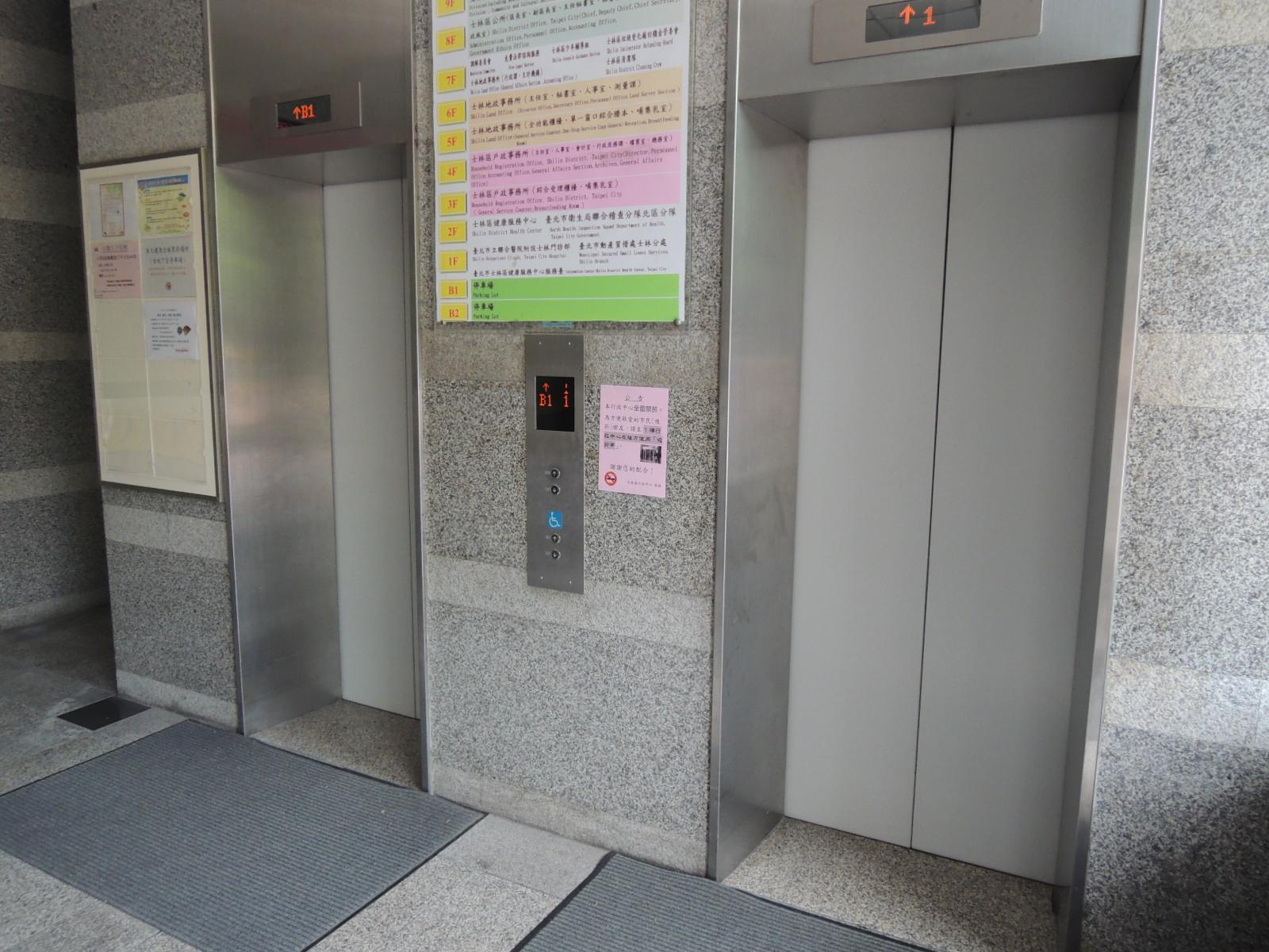 臺北市士林區行政中心「側門」無障礙電梯