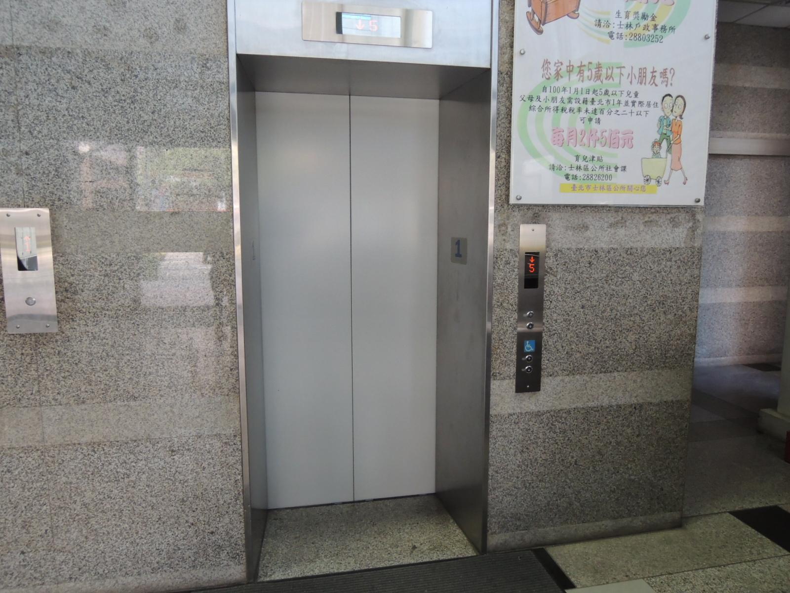 臺北市士林區行政中心「正門」無障礙電梯