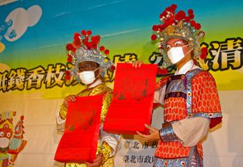 記者會中展示中元普渡集中焚燒金銀紙錢專用紙袋