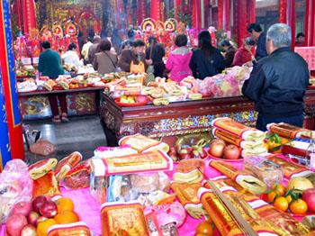 臺灣民眾常到宮廟祭拜以祈求神明保佑