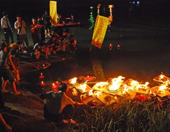 ▲臺灣民間信仰中的放水燈儀式