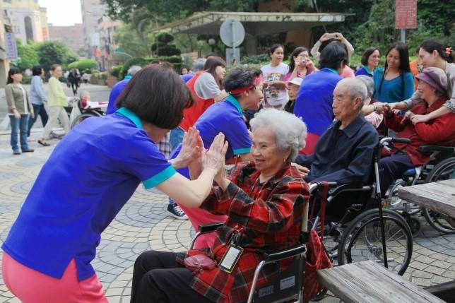 志工團體與長者開心互動