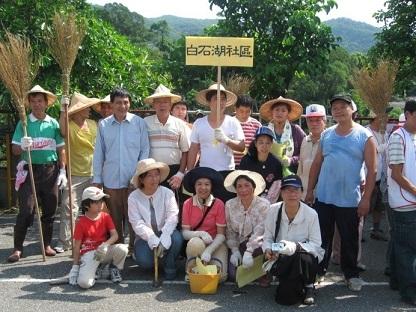 和社區居民一同進行淨山活動