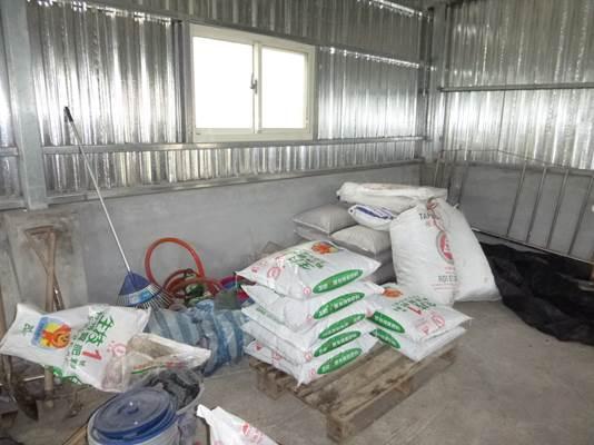 砌磚、C型鋼及鍍鋅鋼板搭建