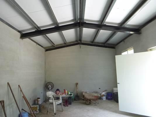 屋頂為H型鋼、鍍鋅鋼板,以砌磚方式搭建
