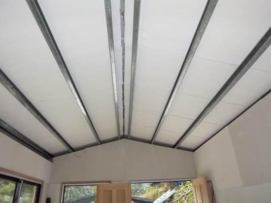 屋頂為C型鋼架,頂鋪鍍鋅鋼板