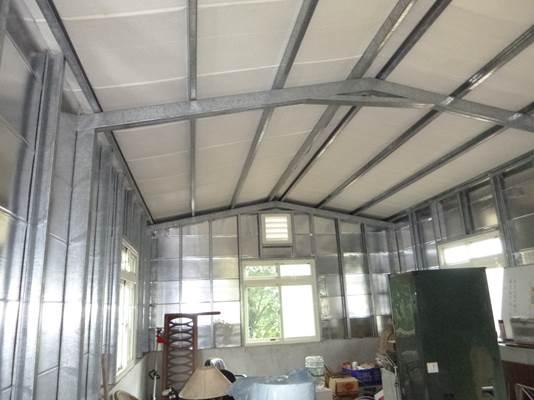 磚造、C型鋼及鍍鋅鋼板搭建