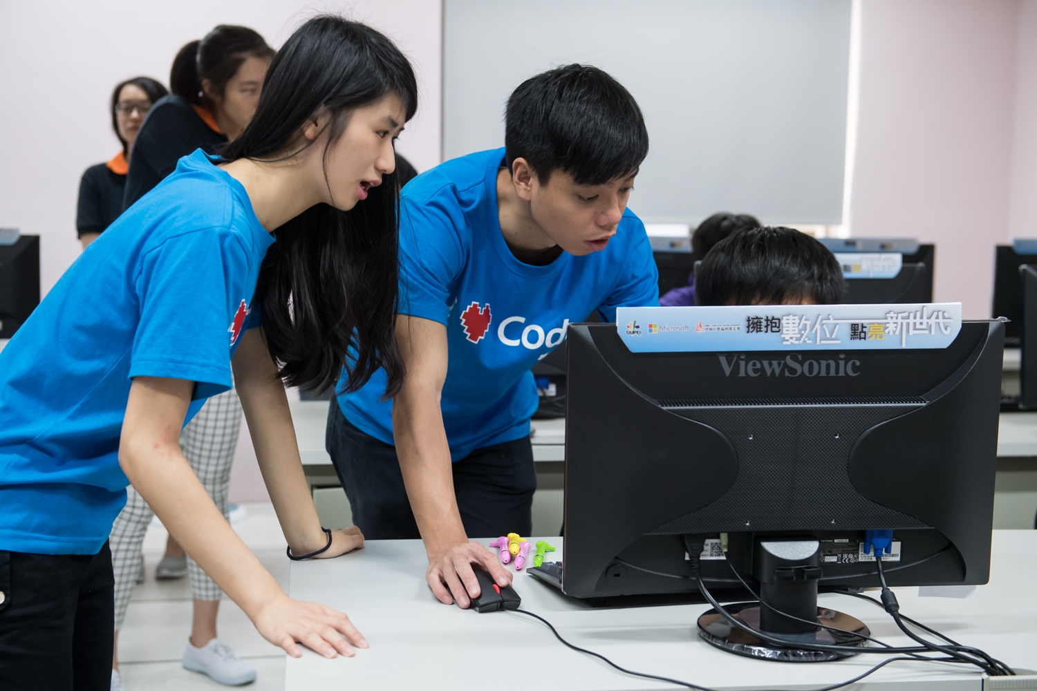 Instructed students how to operate SWAY software