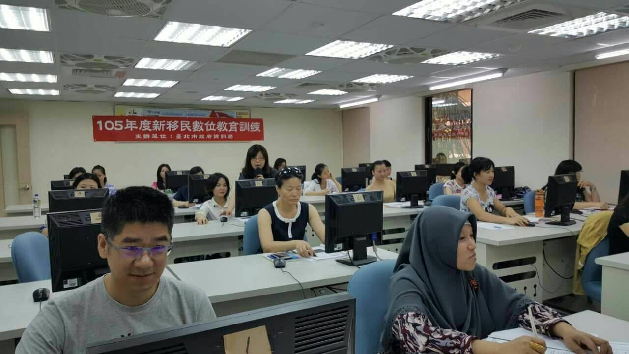 照片1- 105年新移民數位教育訓練「網路開店」實用班學員上課情形