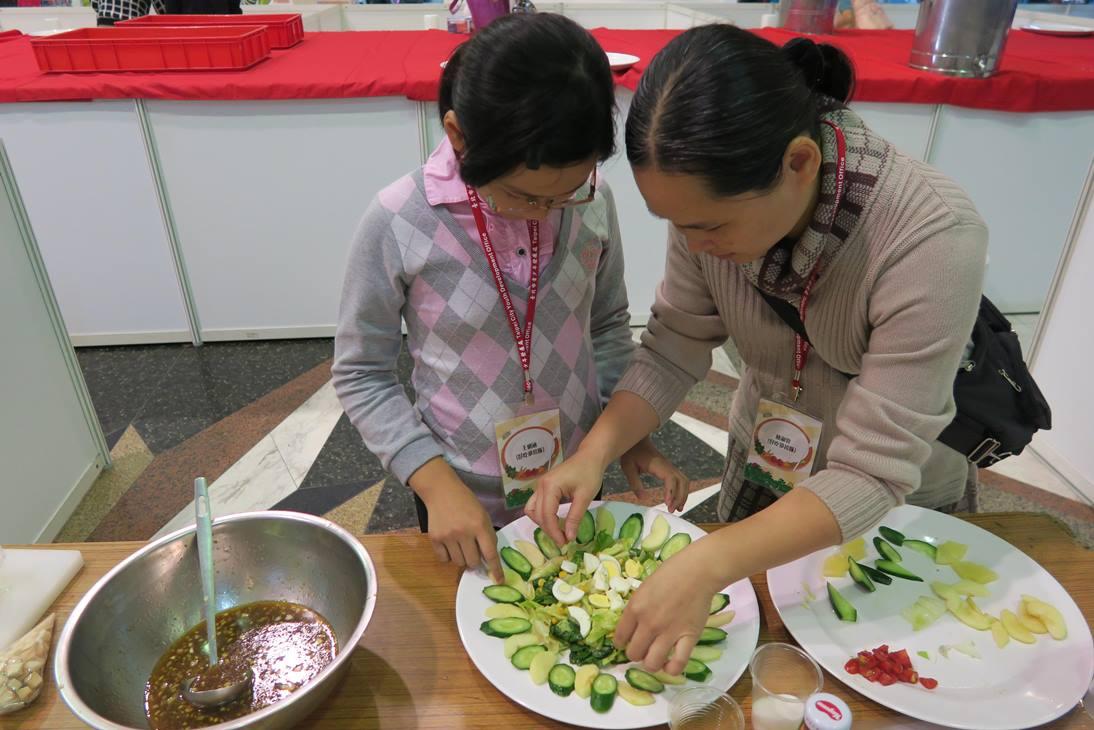 好吃沙拉隊-林媽媽與女兒一起合作做沙拉