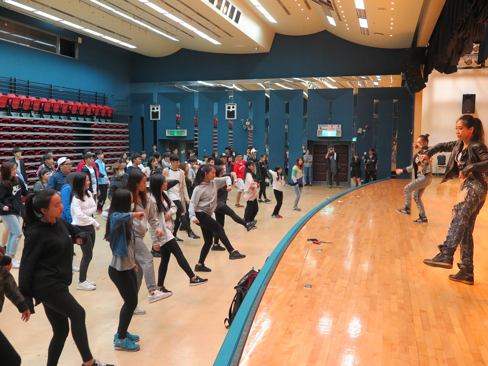 百位青少年一同與女子舞蹈團體「Maniac」舞動身軀 學習排舞技巧