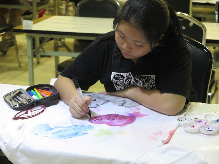 參賽者專注繪畫T-shirt