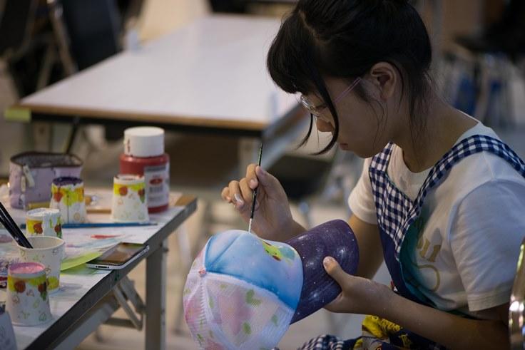 參賽者專注繪畫帽子