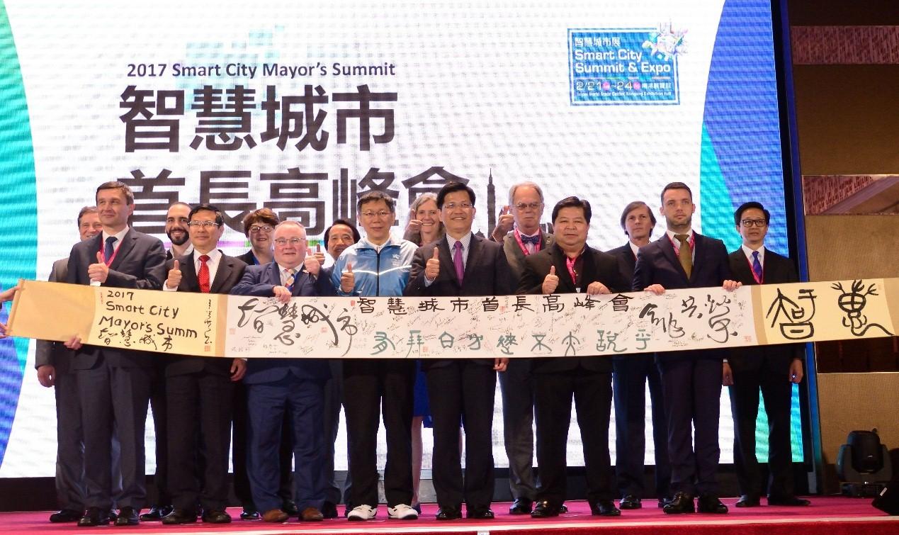 圖說:柯市長蒞臨2017智慧城市首長高峰會,與國內外城市首長們共同合影