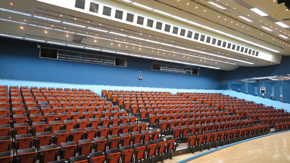 由台下向上仰視,整排階梯型收納椅供觀賞者使用