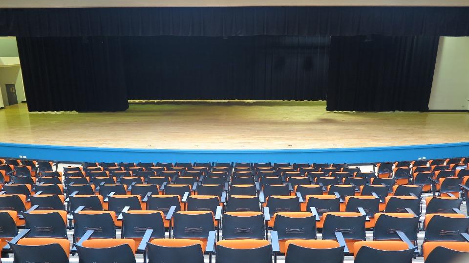 由觀眾席上俯瞰整個被燈光照亮的舞台