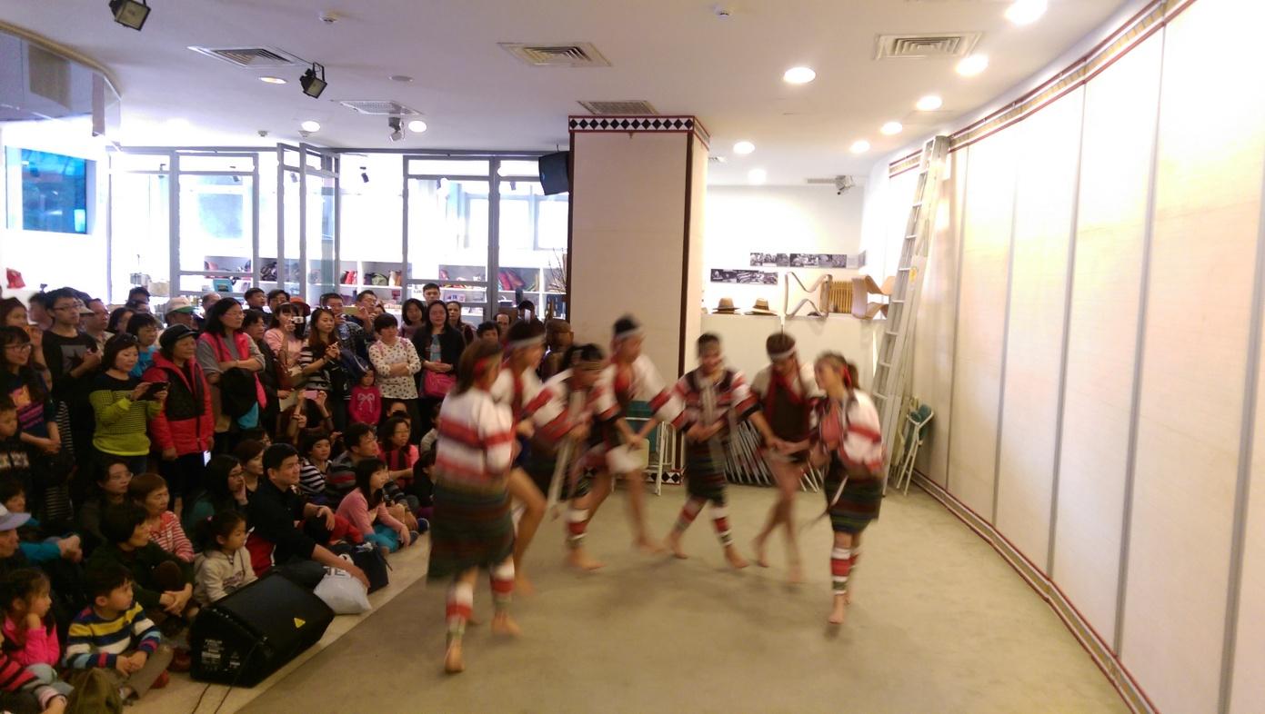 傳源文化藝術團歡樂的舞蹈讓現場遊客駐足許久