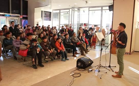 原住民族歌手與現場觀眾互動