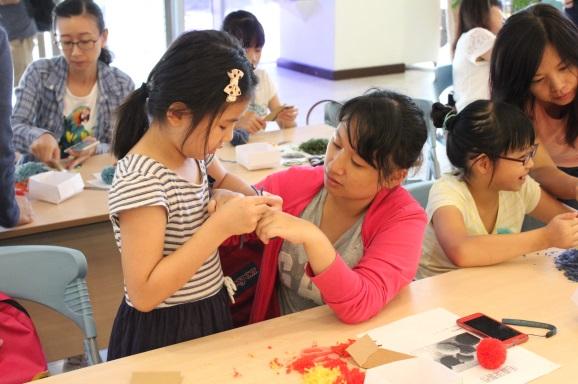 夏令營活動中親子一起製作作品