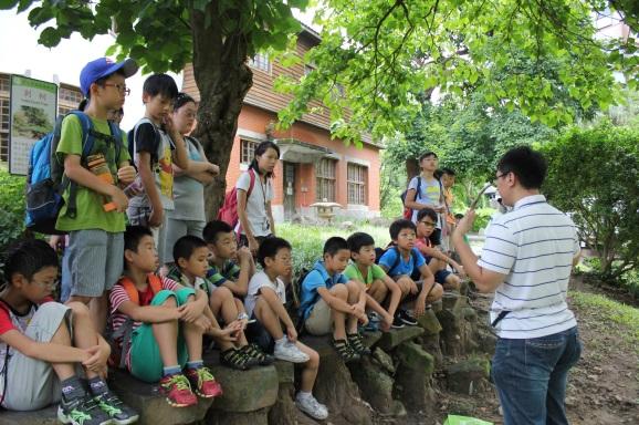 老師在戶外向小朋友解說