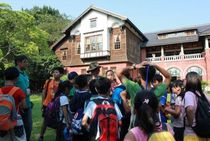聽鄉土導覽導師述說溫泉博物館百年風華