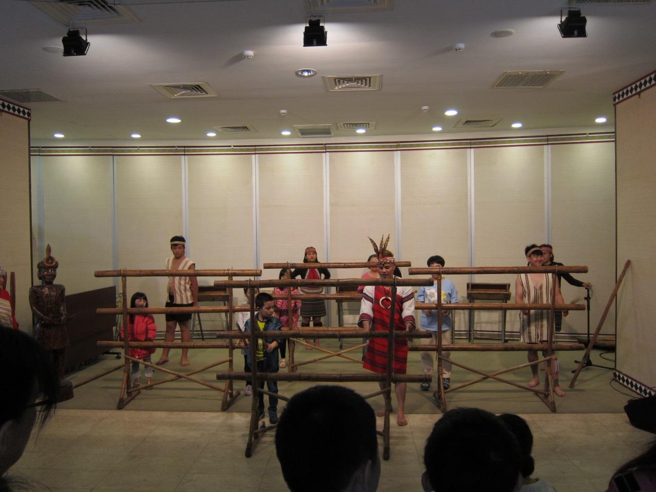 泰雅薪傳藝術團舞團邀請現場民眾上台敲擊樂器