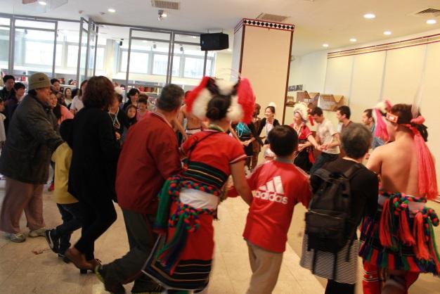 表演團體邀請現場民眾共舞