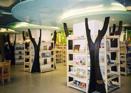 民國91年10月23日位於總館地下二樓之小小世界外文圖書館開始啟用
