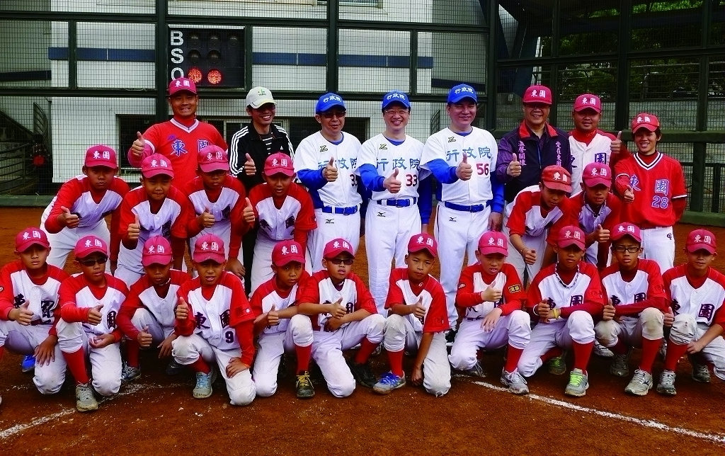 Members of the Executive Yuan and Dongyuan Elementary School Junior Baseball Team compete