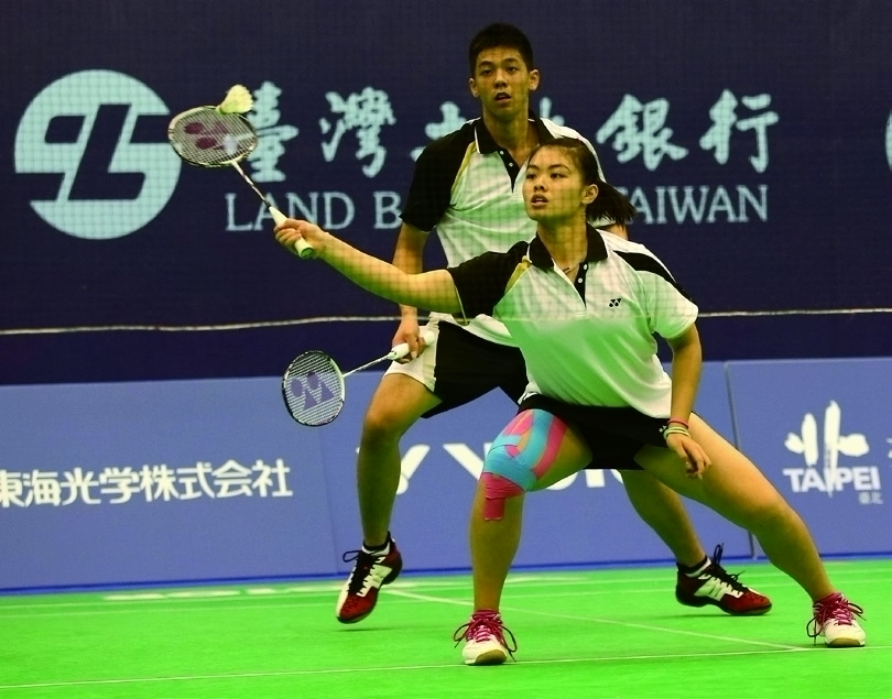 The Chinese Taipei mixed doubles team compete in the 2014 Badminton Asia Youth U19 Championships