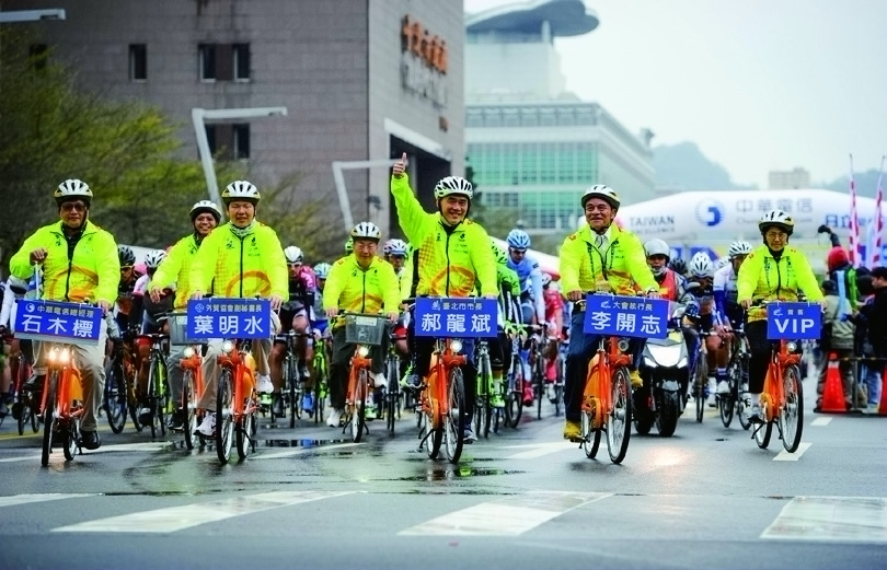 Taipei Mayor Hau Lung-bin rode at the front of the 2014 Tour de Taiwan